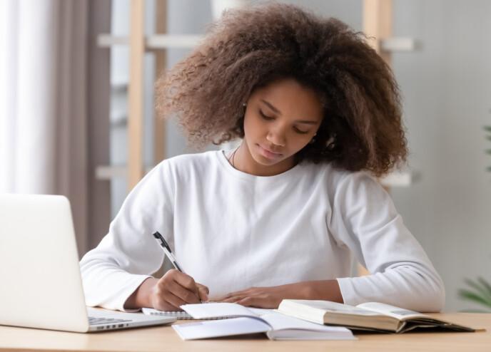 FAST JOBB OG STUDENT: Eiendomsmegleren forteller at hun opplever at mange er avhengige av å ha fast jobb samtidig som de studerer for å kunne betjene et boliglån. Foto: NTB