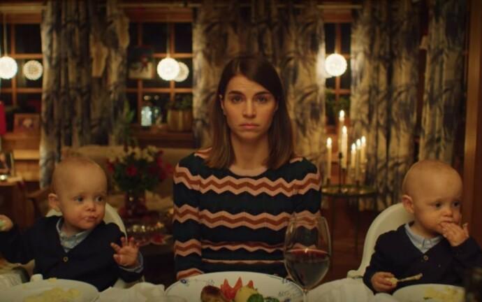 LEI: «Hjem til jul»-karakteren Johanne får ikke voksenplass ved middagsbordet før hun har funnet seg kjæreste. FOTO: Netflix