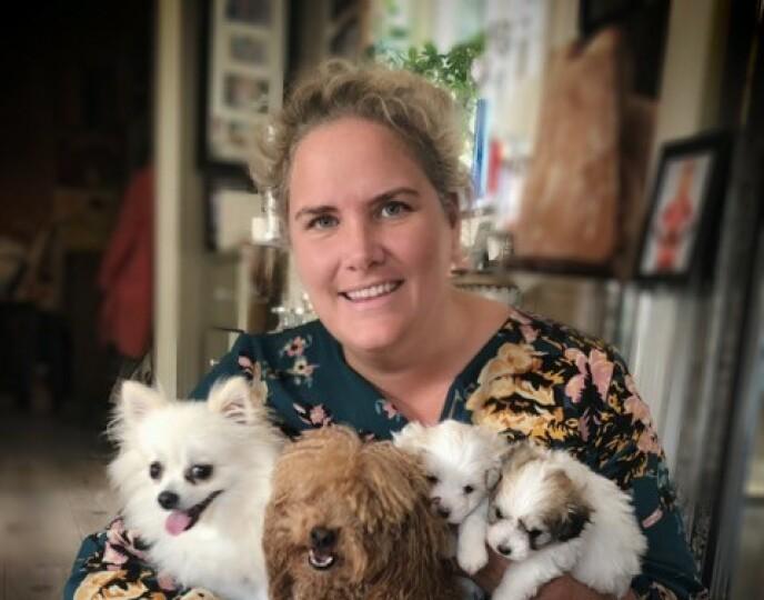 HJEMME: Heidi har stor glede av familien sin og hundene sine. FOTO: Privat