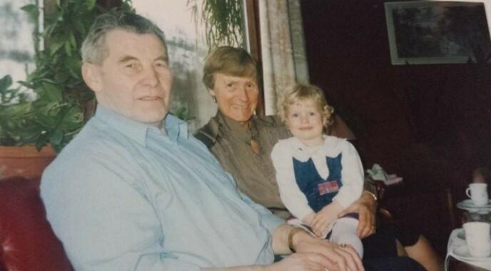 SALIGHETA VAR ET BESSMORFANG: Therese var fast gjest hjemme hos bestemor Ingebjørg og bestefar Einar. Da besteforeldrene etterhvert ble gamle og syke, var Therese en av de nærmeste til å ta seg av dem. FOTO: Privat
