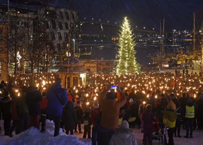 MINNESTUND: Tromsøs innbyggere samlet seg i sorg, og tente lys for de omkomne i Fagereng-tragedien. FOTO: Rune Stoltz Bertinussen/NTB