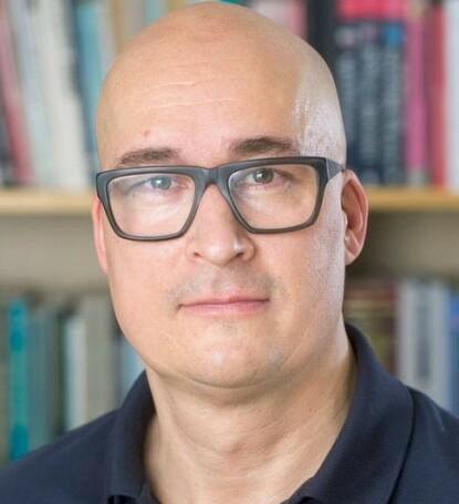 FORSKER PÅ ENSOMHET: Psykolog og forsker Thomas Hansen tror flere vil kjenne seg ensomme i tiden vi nå er inne i, med høstmørke og fordi vi er veldig leie av koronapandemien. FOTO: OsloMet