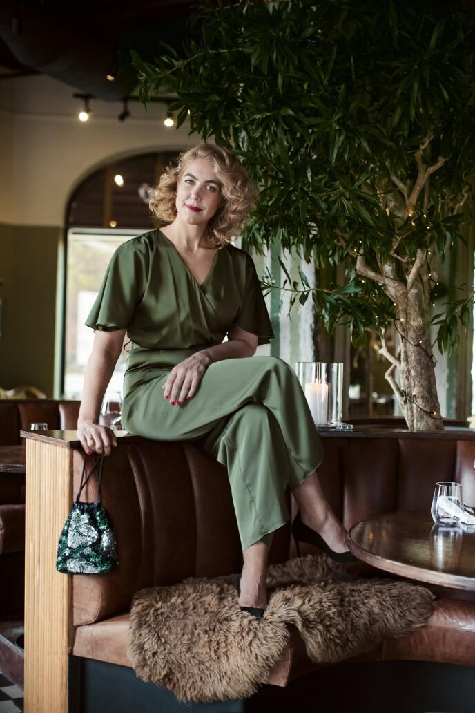 Kjole (kr 1500, Urban Pioners), veske (kr 1000, Hvisk) og pumps (kr 2100, Billi Bi). Tips! Om du ikke er glad i for mye mønster, er en liten veske en fin måte å introdusere trenden på. FOTO: Astrid Waller