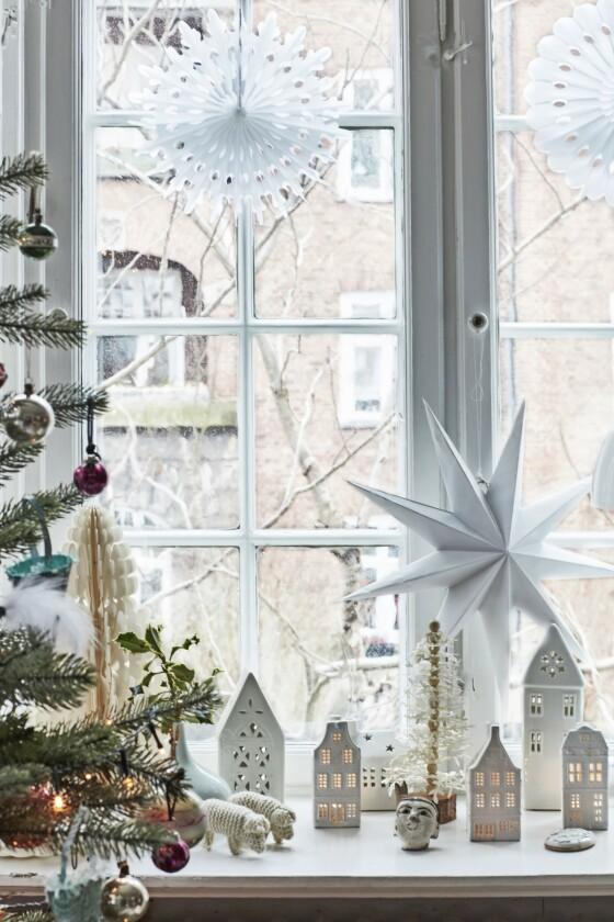 Lag et moderne julelandskap med enkle lyshus, spinkle juletrær i naturmaterialer og papirpynt. Tips! Vær ikke redd for å bryte tradisjoner og sette ditt eget preg på dem. Julestjernen kan jo godt være en rosett av papir, og en buddhafigur kan gå rett inn i et moderne nisselandskap.