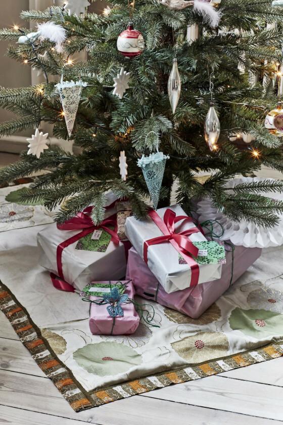 Finn fargetemaer også når du pynter juletreet, og holde deg til to–tre toner. Gjør du det samme når du pakker inn gavene, blir det ekstra vakkert.