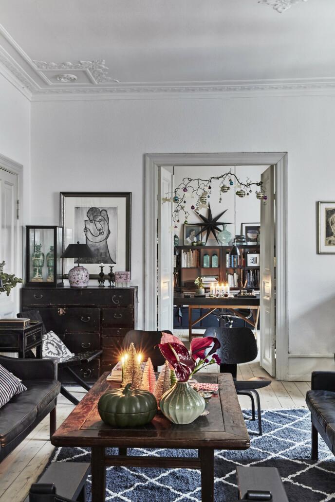 Den danske designeren Børge Mogensen ble bare 58 år gammel, men har satt dype spor etter seg i dansk møbeldesign. Sofaen og «Den spanske stol» i bakgrunnen er begge fra ham. Den svarte trestolen i forgrunnen er fra Eames, og sofabordet er antikt og kjøpt i Frankrike. Sofaputene har Michala Wiesneck selv designet. Tips! Møbler og pynt i mørke farger og tresorter skaper varme, ikke minst i et ellers hvitt hjem.