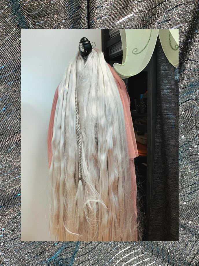 ENHJØRNINGEN: Her ser du håret til Enhjørningen, samt et stoff i bakgrunnen som skal brukes til et nytt kostyme. Foto: Malin Gaden