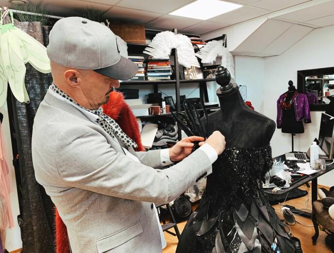 EN SISTE TOUCH: Kjell jobber med det nye kostymet til Ravnen. Foto: Malin Gaden