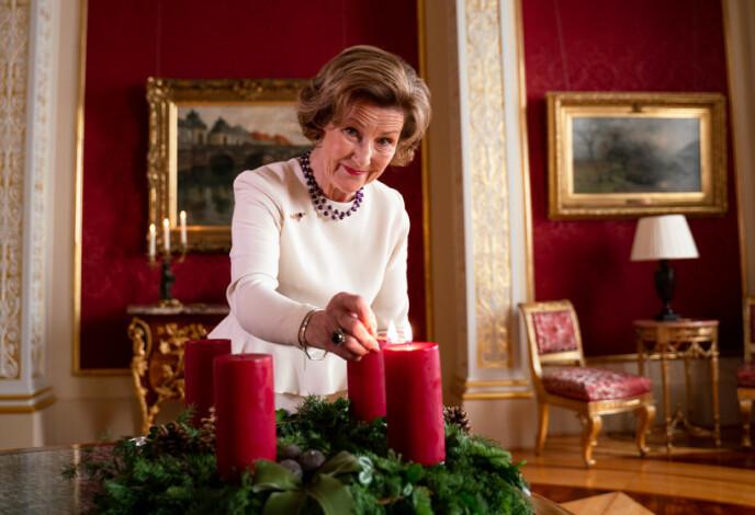TRADISJON: Dronningen innviet adventstiden på Slottet med å tenne det første lyset i adventsstaken. FOTO: Simen Løvberg Sund / Det kongelige hoff