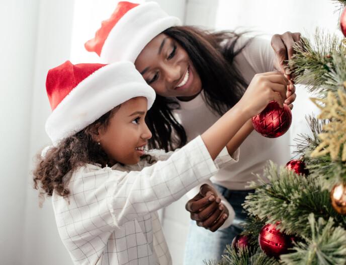 PYNTE TREET: Noen pynter juletreet i starten av desember, mens andre venter til nærmere julaften. Foto: Ntb