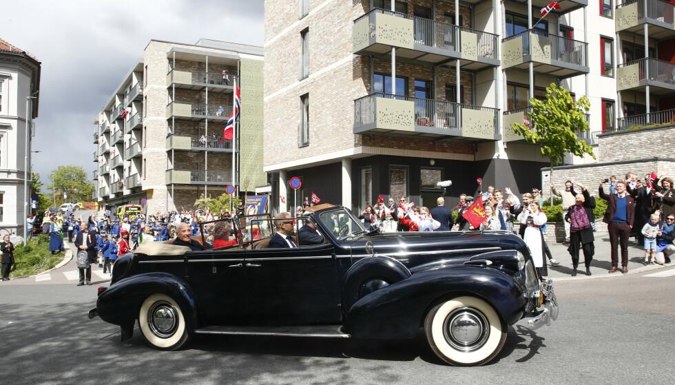 VINKET TIL FOLKET: Kongeparet kjørte gjennom Oslos gater 17. mai 2020, her forbi Kampen omsorgssenter i Oslo. FOTO: Terje Pedersen / NTB