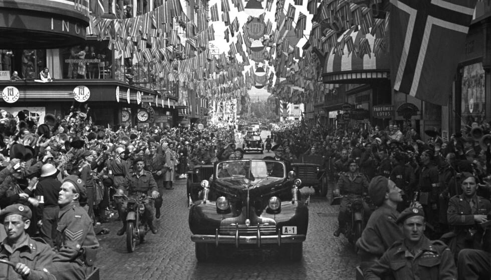 VARM VELKOMST: Bilen kongeparet kjørte med på nasjonaldagen 2020, var den samme bilen kong Haakon og kronprinsesse Märtha satt i 7. juni 1945, da de endelig var tilbake på norsk jord etter fem lange krigsård. Her fra Torggata i Oslo, med gamle Eldorado kino på høyre side. FOTO: NTB