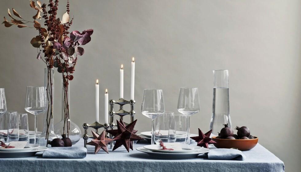 Således kan et julebord pyntes – med en linduk og servietter i samme nøytrale farge, slik at oppmerksomheten rettes mot blomster og annen pynt på bordet. Du kan tørke noen av høstens blomster på forhånd, og la dem pryde bordet sammen med litt festlig glitterpynt. FOTO: Stine Christiansen