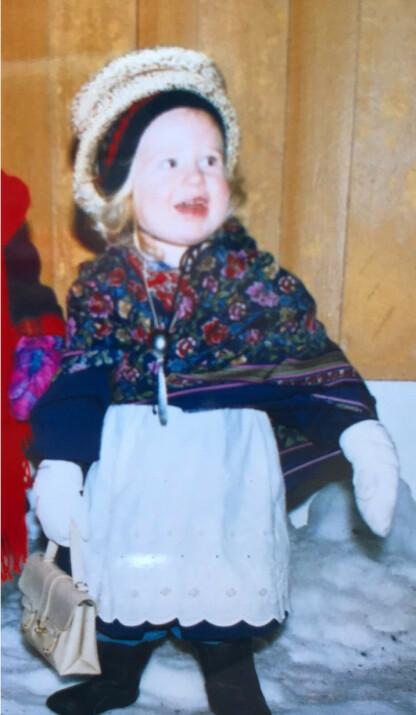 TESKJEIKJERRINGA: Her fra da jeg gikk julebukk som teskjeikjerringa to år gammal. Legg merke til teskjeia eg har hengande rundt halsen, sier Ingebjørg og ler. FOTO: Privat
