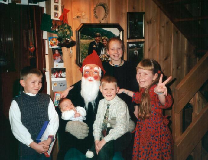 EN LYKKENS JUL: Ingebjørg (bak nissen) sammen med søsknene under en julefeiring på Vinje i 2000. FOTO: Privat