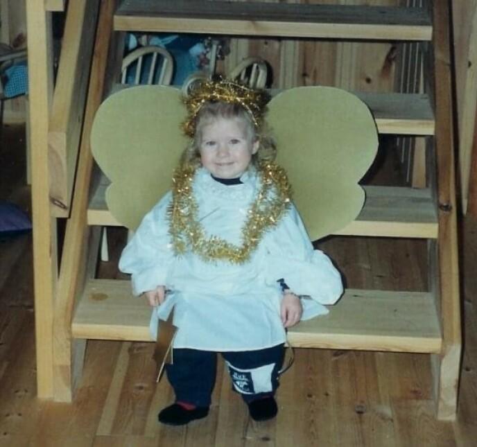 EN LITEN ENGEL: Ingebjørg Bratland utkledd som engel hjemme i Vinje i 1992. FOTO: Privat