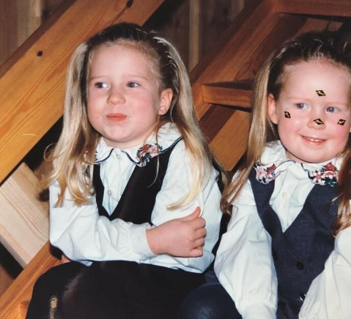 SØSTRE: Ingebjørg og lillesøsteren Tone Rose pynta med klementin-klistremerker i 1995. FOTO: Privat