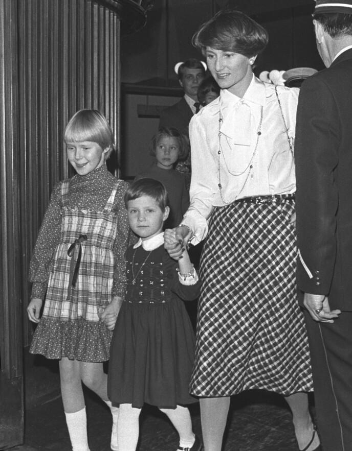 SONJA TIL SONJA: Kronprinsesse Sonja og prinsesse Märtha Louise på Oslo-premiere av «Reisen til Julestjernen» 3. desember i 1976 på Klingenberg kino. Forøvrig Märthas aller første kinobesøk! FOTO: Henrik Laurvik/NTB