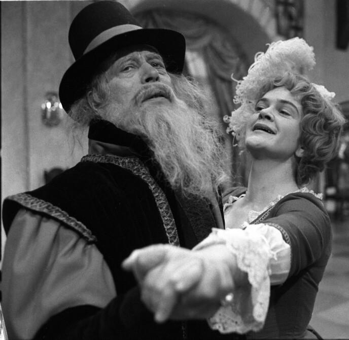 STJERNELAG: Anne Marit Jacobsen som Petrine og Bjarne Andersen som Astrologen under filminnspillingen av «Reisen til Julestjernen». FOTO: Walle Jensen/NTB