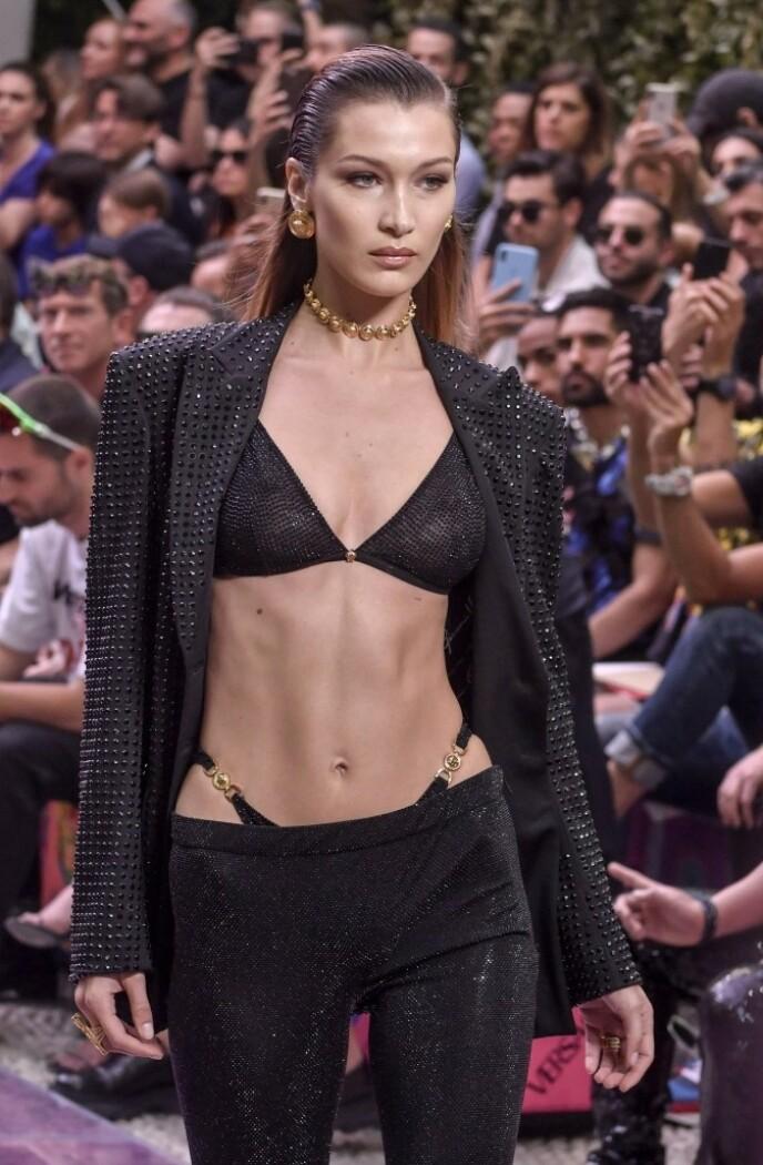 PÅ CATWALKEN: Bella Hadid for Versace. Foto: NTB
