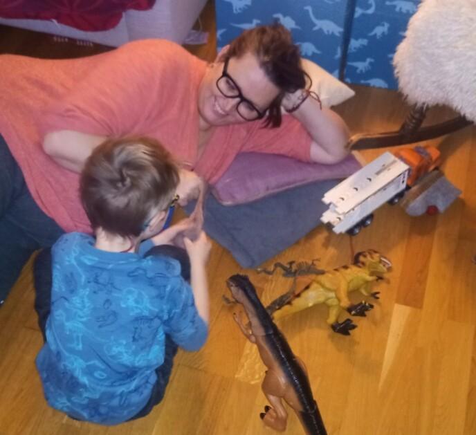 LITE ENERGI: Når hun leker med barna sine må Vibeke stort sett ligge på gulvet - hun har for lite energi til å drive med aktiviteter som krever mer av det fysiske. FOTO: Privat