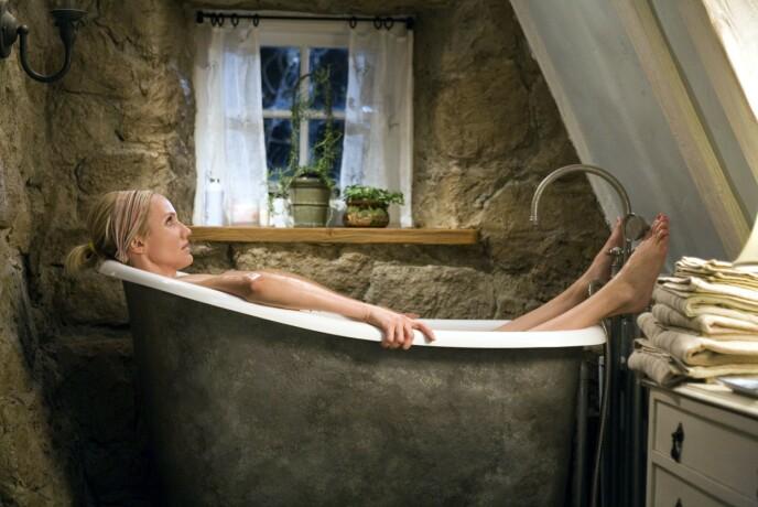 ROSEHILL COTTAGE: Cameron Diaz i badekaret i det koselige huset i England. Foto: Moviestore/REX (1627974a)/NTB