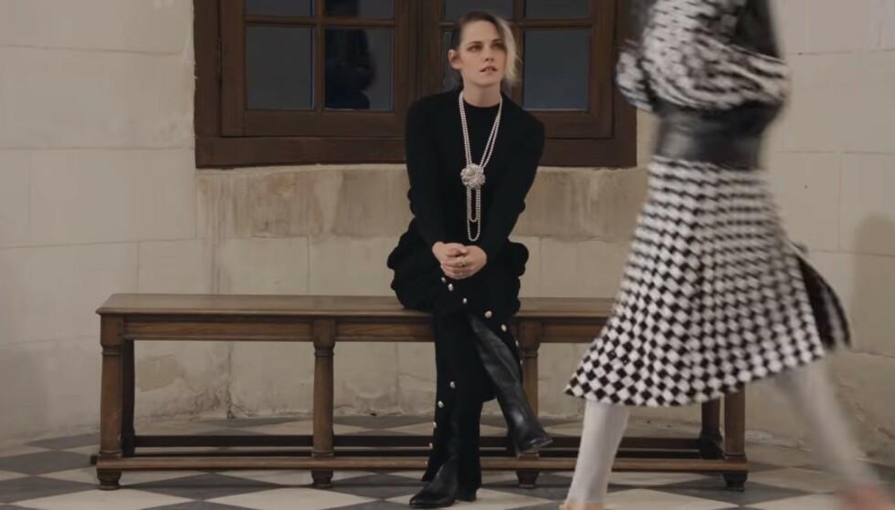 KRISTEN STEWART: Skuespilleren satt alene og så på Chanels nye kolleksjon. Foto: Skjermdump fra visningen