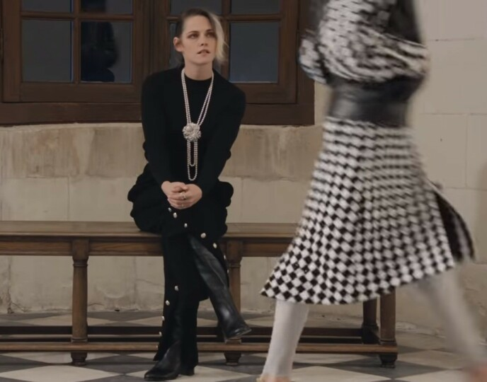 ALENE PÅ VISNING: Kristen Stewart fikk nyte den nye Chanel-kolleksjonen helt alene. Foto: Skjermdump fra visningen