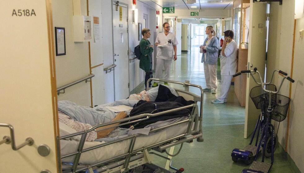 HYLLER HELSEPERSONELL: Helene Sandvig hyller helsepersonellet som står på natt og dag for pasienter både med og uten korona-smitte. FOTO: Anders Leines, NRK