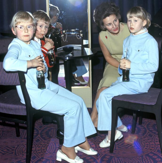 TIDLIG KRØKES: Allerede som niåring begynte Benedikte Ferner å jobbe i farens klesbutikk. Her med søsknene Cathrine og Alexander (begge t.v.) og tante Sonja på teater i hovedstaden i 1971. FOTO: NTB