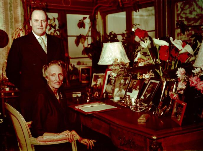 PÅ SKAUGUM: Benedikte Ferner minnes at bestefar kong Olav var opptatt av god mat og vakre bord. Her med kona kronprinsesse Märtha på Skaugum, kort tid før hun gikk bort i 1954. FOTO: NTB