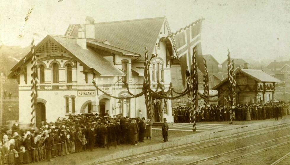 ANNO 1900: Lokstallen ligger i nærheten av den nå nedlagte Røikenvik togstasjon på Hadeland. Her under åpningen 18. desember 1900 - der også den svensk-norske kronprins Gustav (senere kong Gustav 5) var til stede. FOTO: Eier: Randsfjordmuseet