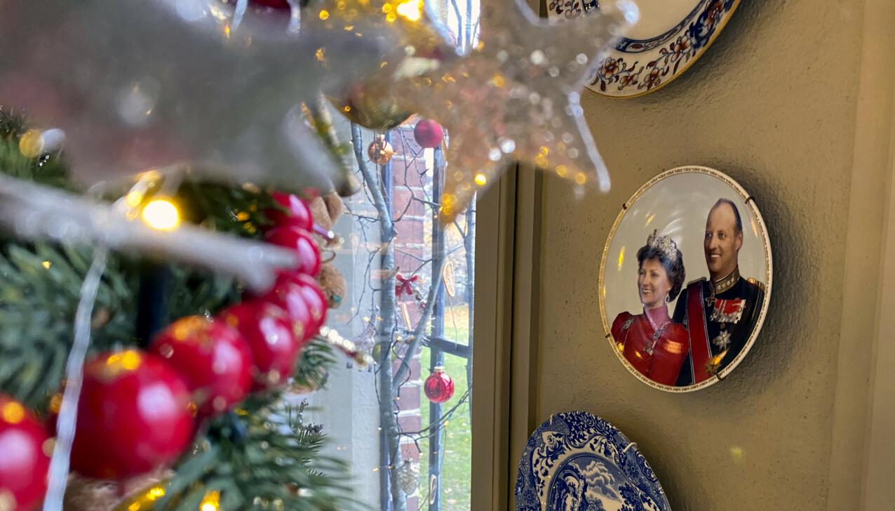 KONGEPARET: Ved juletreet i restauranten, har Benedikte Ferner hengt opp en tallerken med motiv av kong Harald og dronning Sonja - sin egen onkel og tante. FOTO: Lasse Engeland