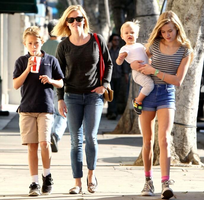BARNA: I tillegg til Ava og Deacon, har også Reese Witherspoon sønnen Tennessee (8) med sin nåværende ektemann Jim Toth (50). Dette bildet er tatt i NYC i 2013. FOTO: NTB