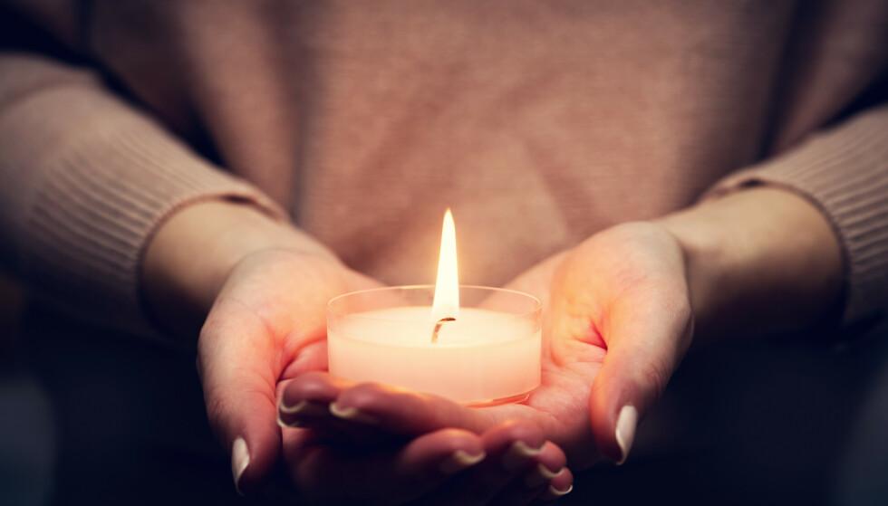 BRANNFARE: Nyspritede hender og levende lys kan være en farlig kombinasjon. FOTO: NTB