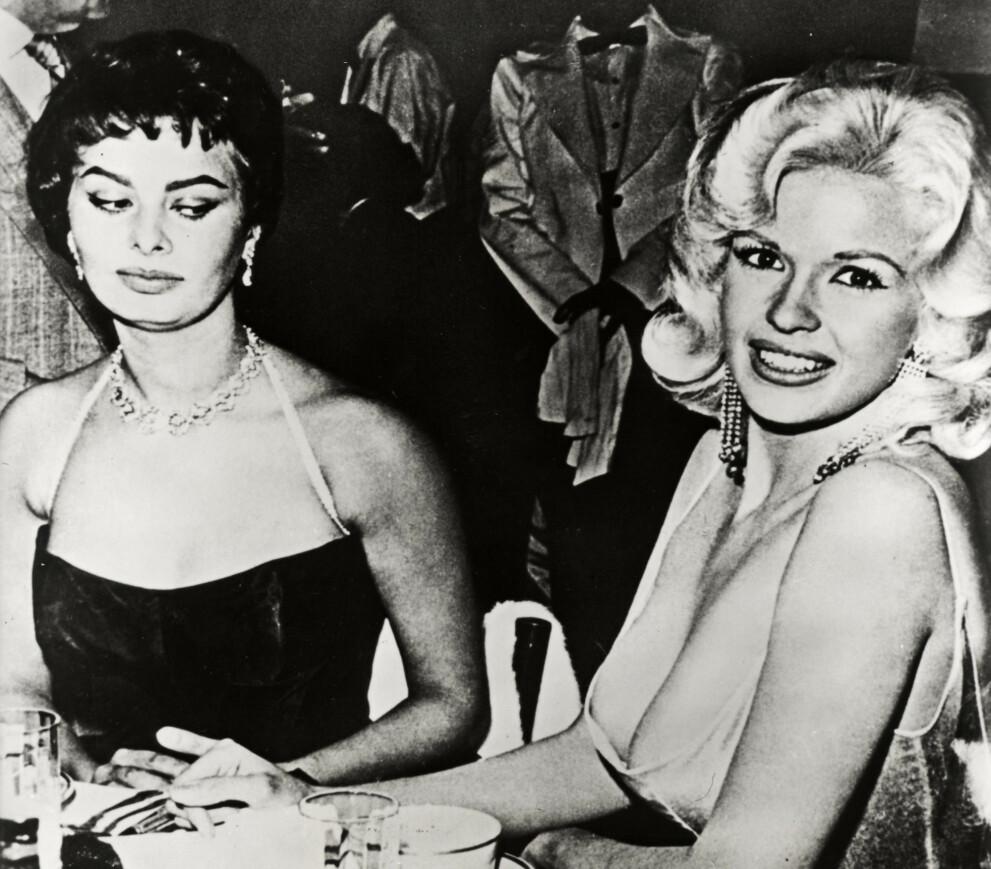 MÅTTE DU? : Festen til ære for Sophia Loren fikk et annet fokus enn planlagt, da Jayne Mansfield plutselig slo seg ned ved bordet. FOTO: Alamy/NTB