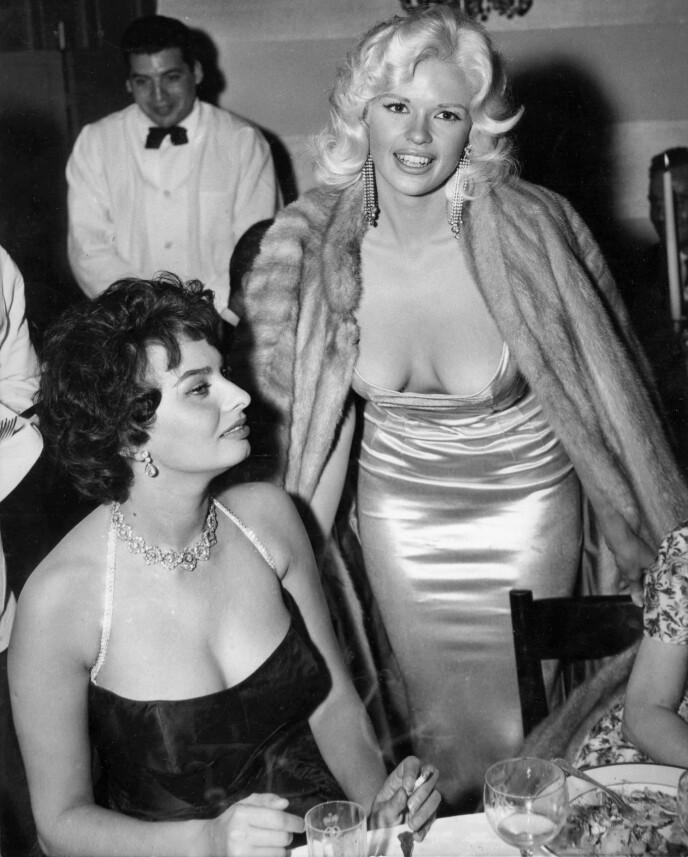 EH ... KJEMPEHYGGELIG Å SE DEG, ALTSÅ: Jayne Mansfield gjorde seg mildt sagt bemerket under Hollywood-festen som var til ære for Sophia Loren i 1958. FOTO: NTB