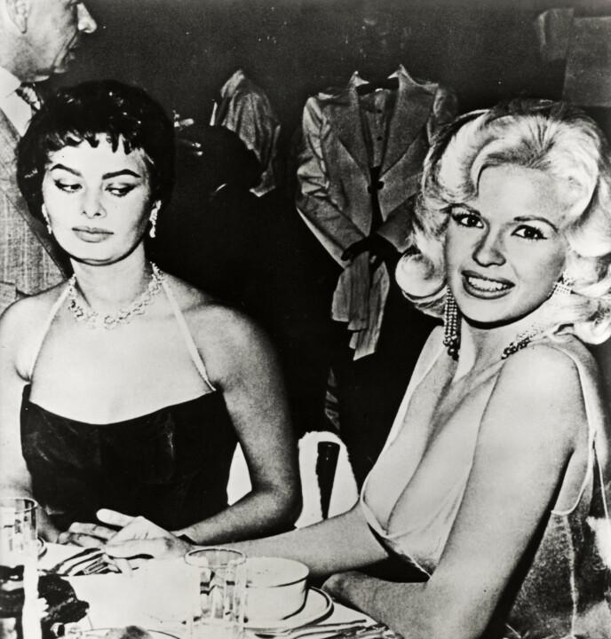 IT'S MY PARTY: Sophia Lorens blikk sier mer enn tusen ord, og hun har i all ettertid nektet å skrive autograf på bildet av henne og Jayne Mansfield. FOTO: Alamy/NTB