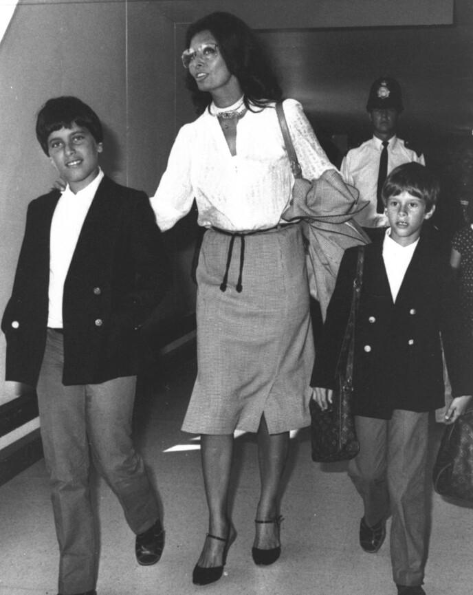 STAUTE KARER: Sophia Loren ankommer Heathrow med sønnene Carlo Ponti Jr. (v) og Edoardo Ponti i 1980. FOTO: NTB