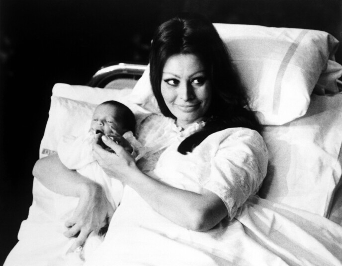 MAMMA: Sophia Loren med sin førstefødte Carlo Ponti Jr. på fødestuen i på Geneva State Hospital, i Sveits den 4. januar 1969. FOTO: NTB