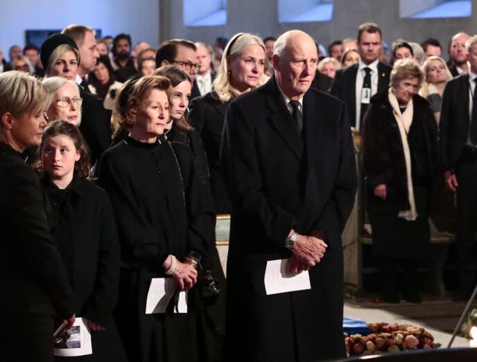 I SORG: Kongeparet i sorg under bisettelsen av sin tidligere svigersønn Ari Behn i Oslo Domkirke 3. januar 2020. Bak til venstre skimtes prins Daniel av Sverige og prinsesse Laurentien av Nederland. FOTO: Lise Åserud / NTB