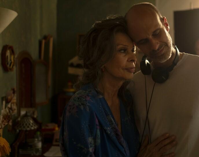 MOR OG SØNN: Sophia Loren og sønnen Eduardo under innspillingen av filmen «Med livet foran seg», der Eduardo har regien. FOTO: NTB