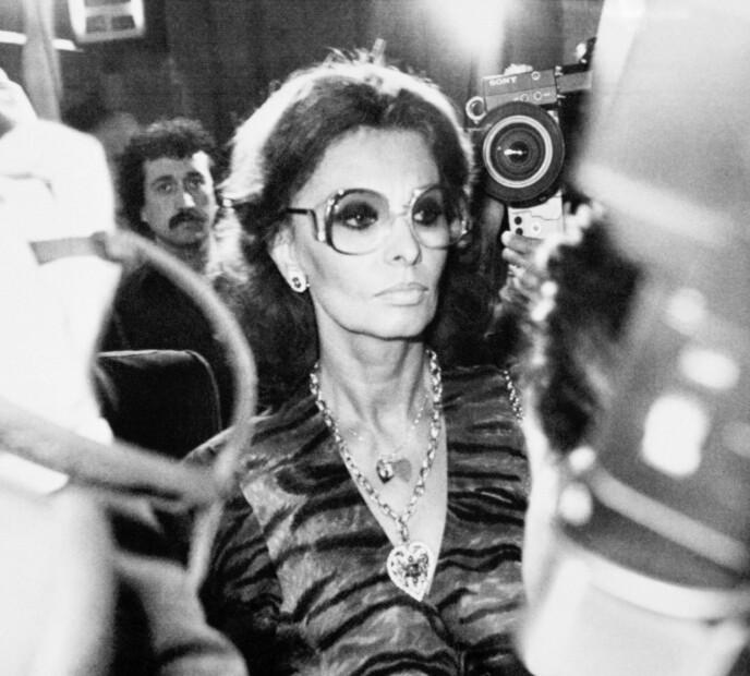 BAK LÅS OG SLÅ: Sophia Loren måtte sone 17 dager for skattejuks. Her fra 1982, på vei inn i rettslokalet i Roma i forbindelse med høringen om et bilde av henne i fengsel, som skal ha vært falsk. FOTO: NTB