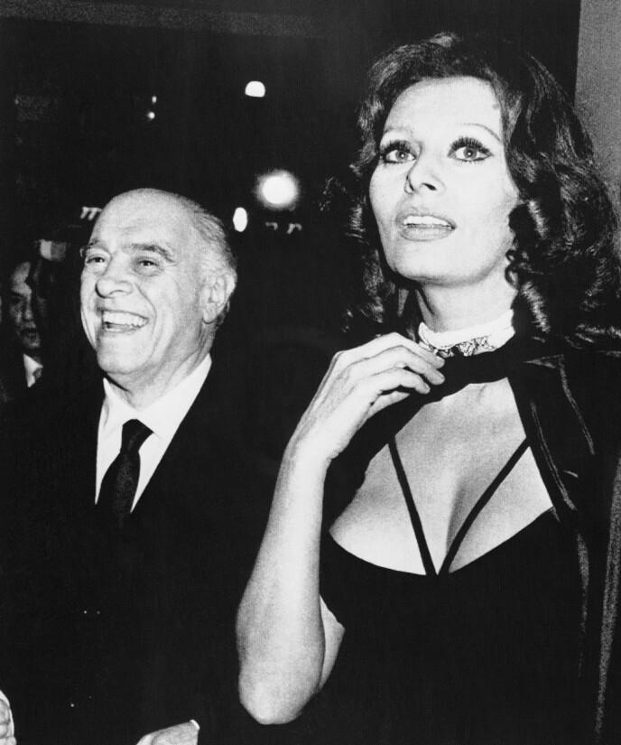 MANN OG KONE: Sophia Loren og mannen Carlo Ponti fotografert i 1979. Ponti ble dette året dømt til fire års fengsel og et bot på 24 millioner dollar for ulovlige pengetransaksjoner til utlandet. FOTO: NTB