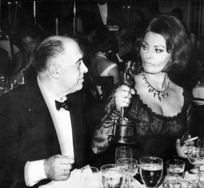 GODT JOBBA, KJÆRE: Ektemannen Carlo Ponti gratulerer Sophia Loren med Oscar-statuetten i 1961, for beste kvinnelige skuespiller i filmen «Two women». FOTO NTB