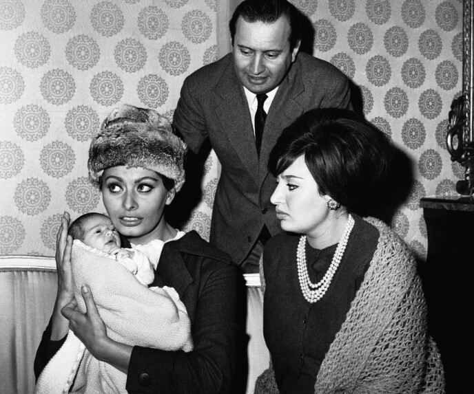 TANTE SOPHIA: Sophia Loren med sin lille niese Alessandra i 1963. Til høyre Sophias søster Maria og hennes mann Romano Mussolini. Mussolini er forøvrig yngste sønn til den italienske diktatoren Benito Mussolini. FOTO: NTB