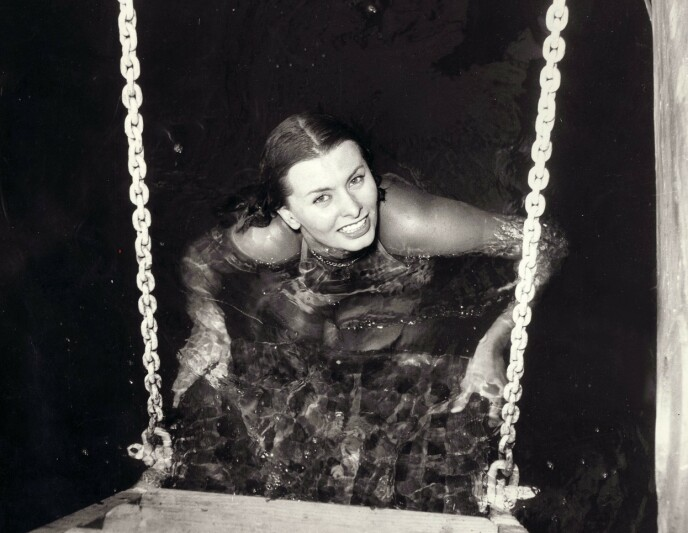 BADENYMFE: Sophia Loren under innspillingen av «Africa under the Seas» i 1952. FOTO: NTB