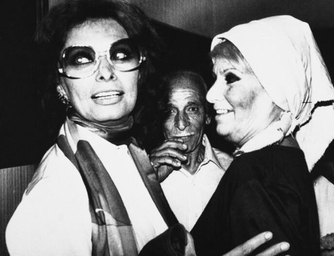 ENDELIG FRI: Sophia Loren omfavnes av moren Romilda Villani i 1982, etter at Sophia nettopp var løslatt fra Castra kvinnefengsel etter å ha sonet i 17 dager. FOTO: