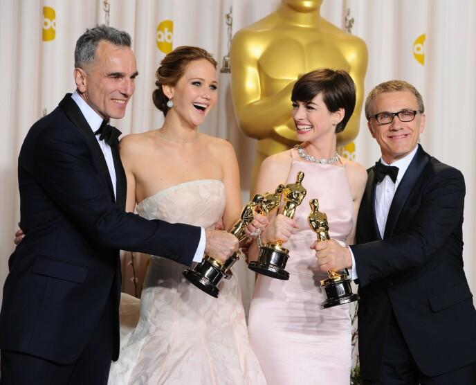 OSCAR-VINNER: Jennifer Lawrence (i midten t.v.) poserer sammen med de andre vinnerne fra 2013. Foto: NTB