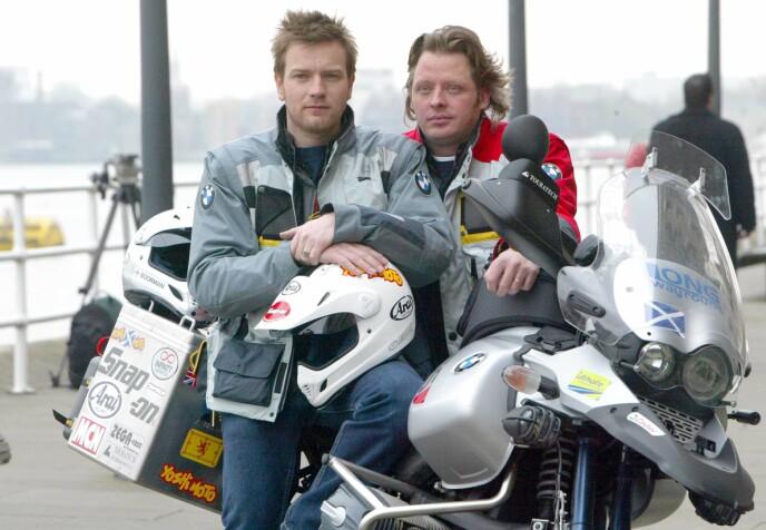 JORDA RUNDT: Ewan McGregor og kompisen Charley Boorman i 2004, før de legger ut på motorsykkelturen som skal ta dem jorden rundt, fra London til New York, på 15 uker. FOTO: NTB